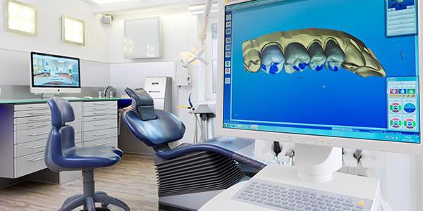 Foto eines Monitors mit Abbildung von Implantaten