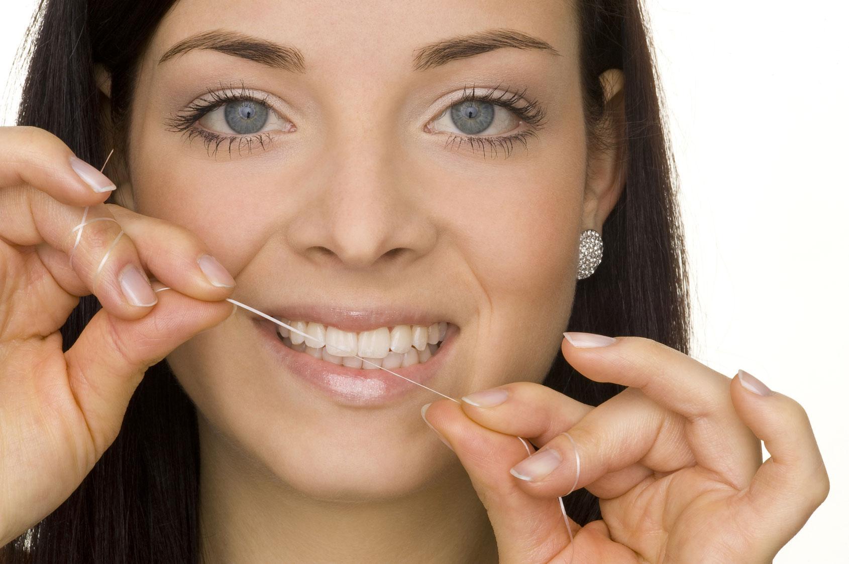 Frau benutzt Zahnseite