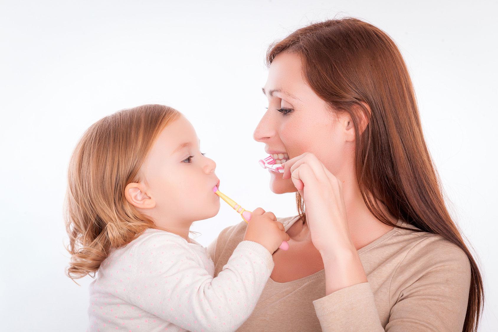 Mama und Tochter beim Zähneputzen