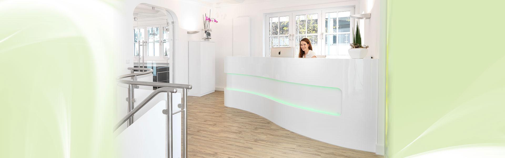 Mitarbeiterin am Empfangsbereich der Zahnarztpraxis Schultze Gläsner von Zahnarzt Siegen
