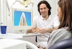Dr. Aik Schultze erklärt das Verfahren der Implantologie
