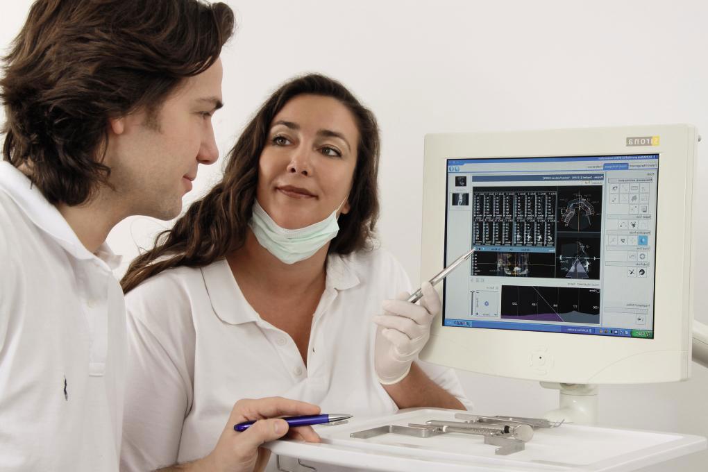 Besprechung von Dr. Myriam und dr. Aik Schultze am Computer