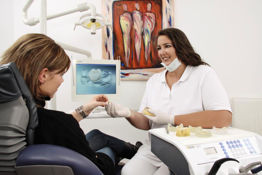 Dr. Myriam Schultze besprciht ein Zahnimplantat mit dem Patienten