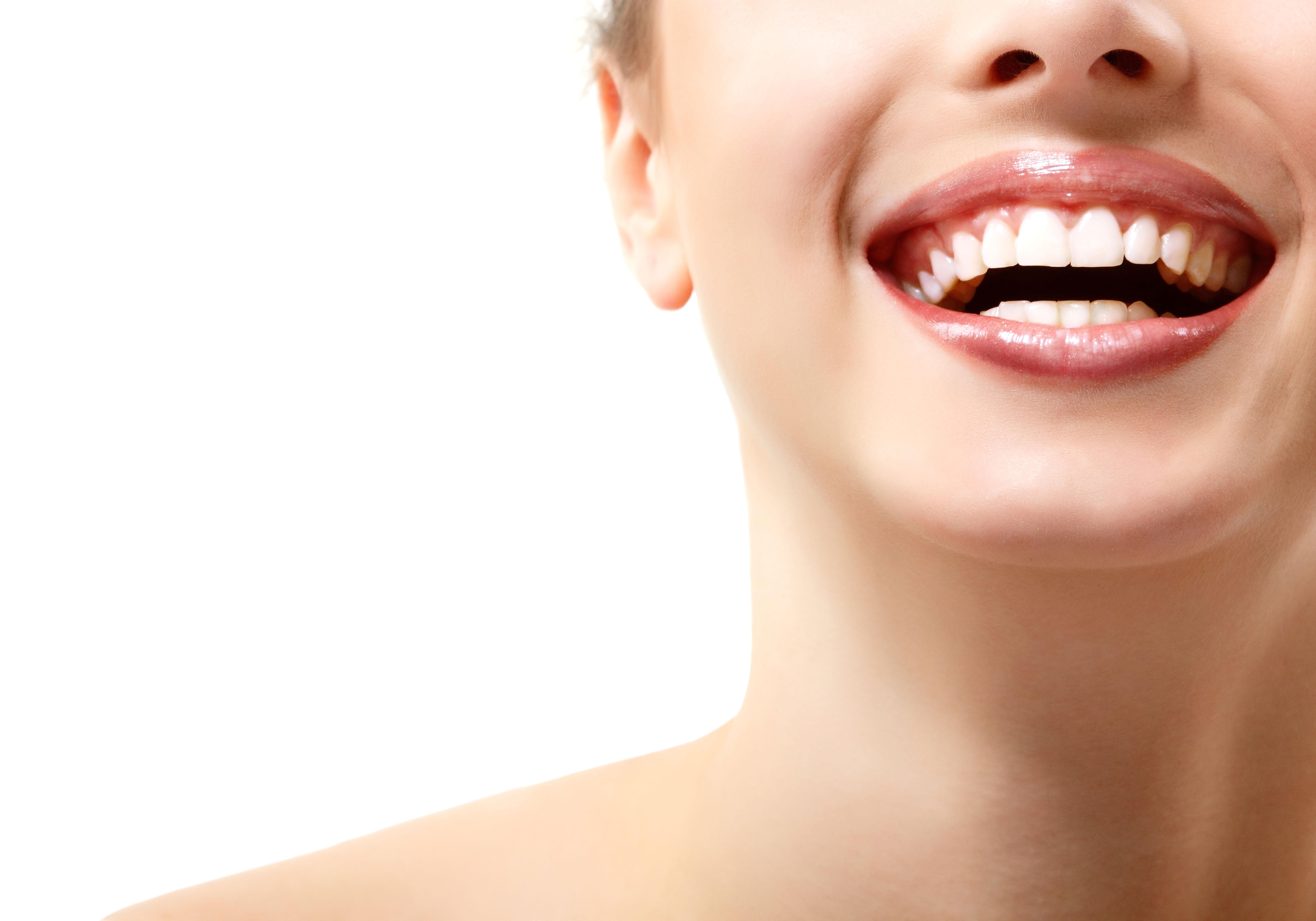 lächelnde Frau mit schönen Zähnen